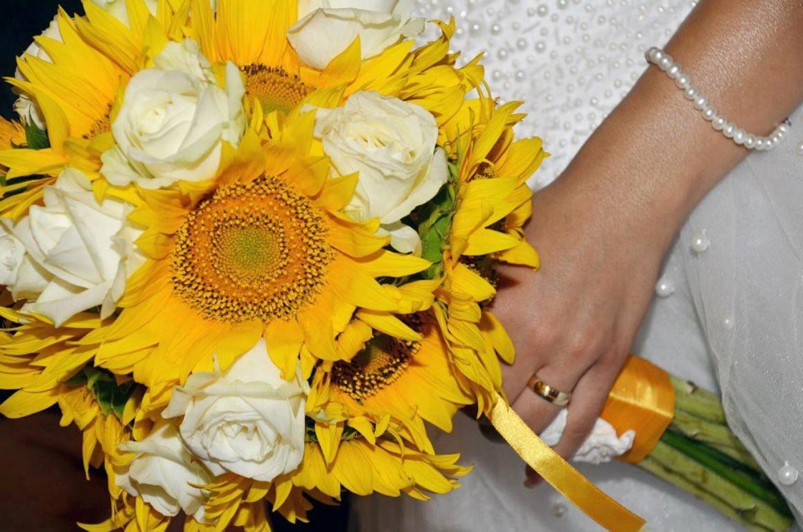 buchet floarea soarelui si trandafiri